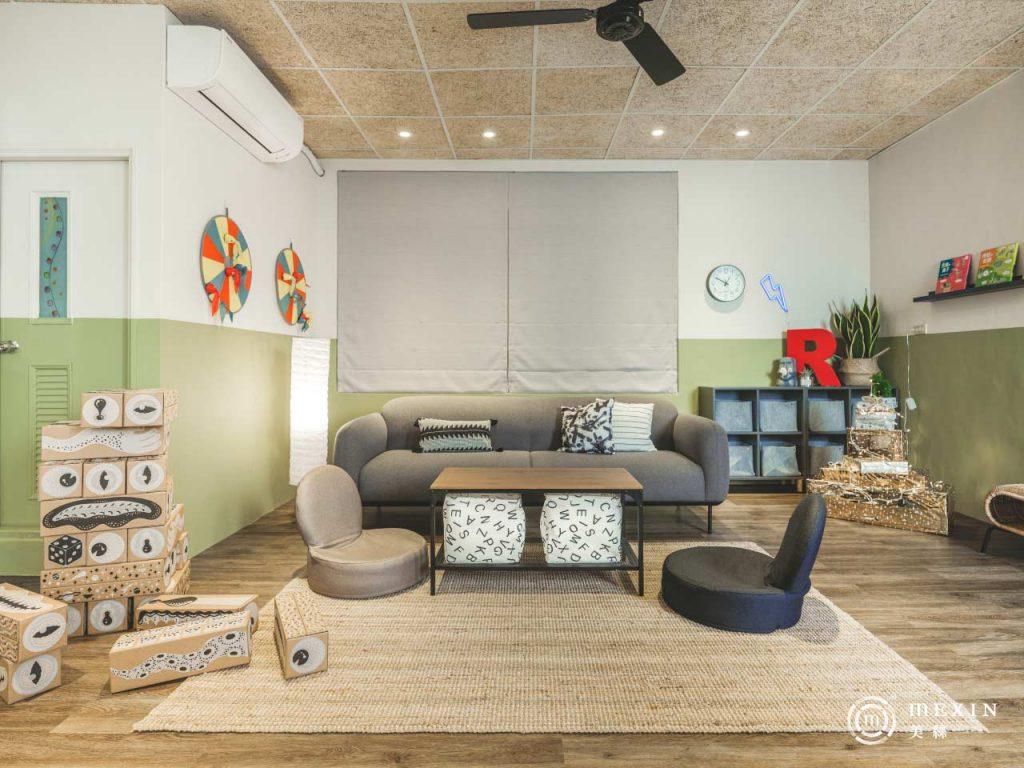 充滿大地色系的全新起居室,善用木材質的搭配,讓空間更加溫暖、沉靜。(圖片提供/Carol/莯比室內裝修)