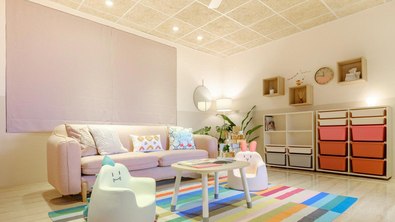 MEXIN美絲吸音板參與Carol軟裝顧問的公益改造計畫,幫桃園樂活育幼院打造起居室,輕鋼架明架天花板換上天然木質吸音板-美絲板,幫助室內吸音又充滿自然質感。